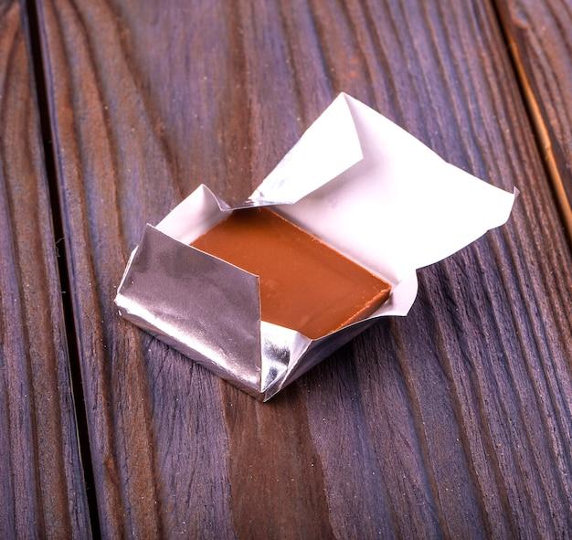 Chocolats enveloppés dans du papier d'aluminium isolé sur fond blanc.