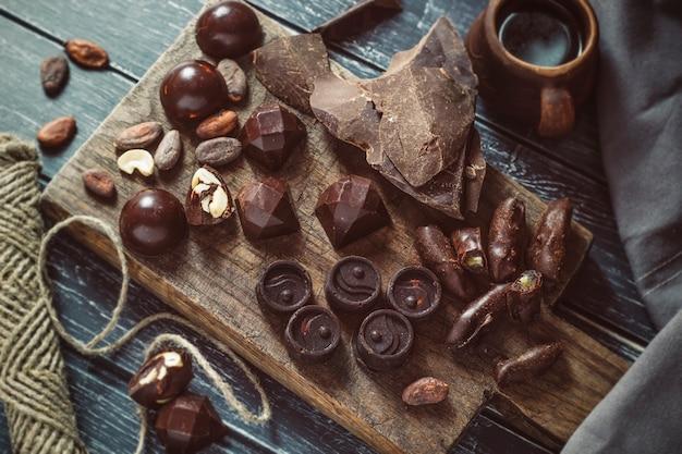 Chocolats faits à la main. bonbons.