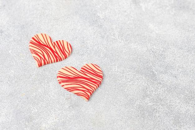 Chocolats en forme de coeur faits à la main.
