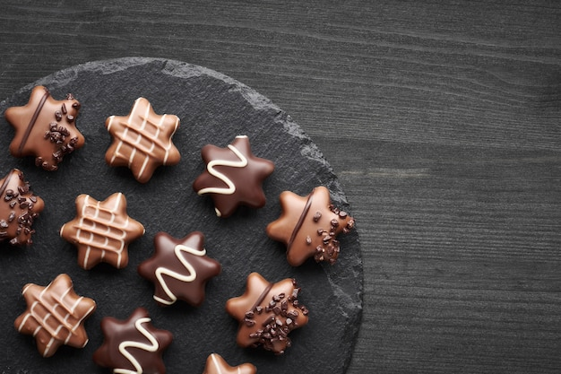 Chocolats en forme d'étoile sur noir