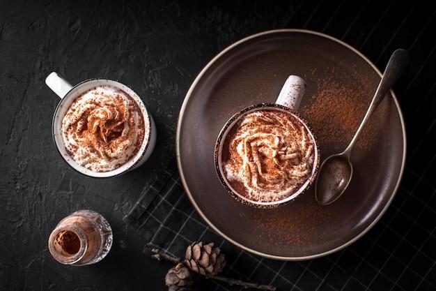 Chocolats hoc à la crème fouettée et à la poudre de cacao