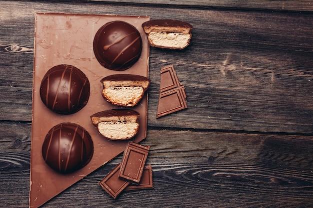 Chocolats sur table en bois, vue du dessus