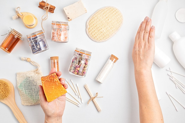 Choisir des cosmétiques autosoins durables zéro déchet par rapport aux produits en plastique industriels