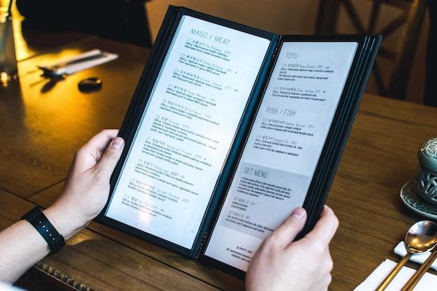 Choisir un menu dans un restaurant coréen