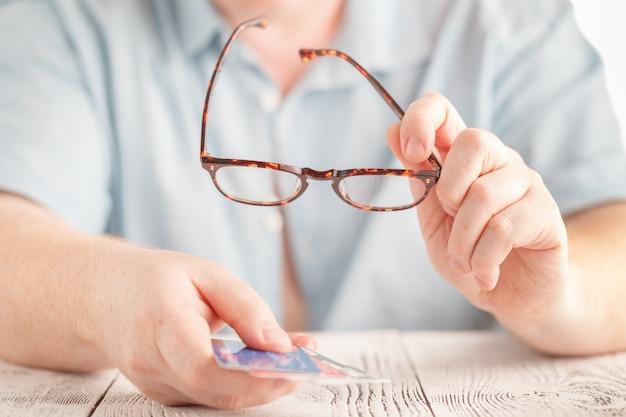 Choisissez une carte de crédit parmi plusieurs, concept de dette de carte de crédit
