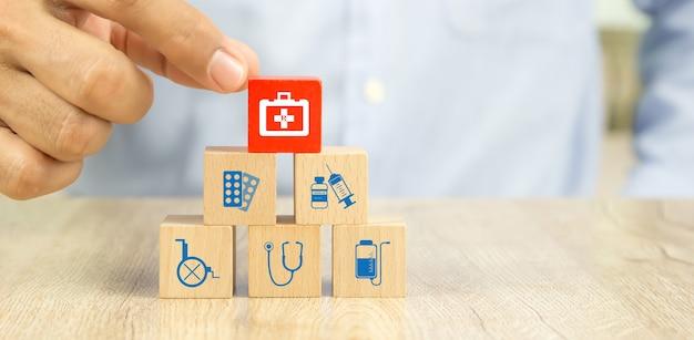 Choisissez à la main un sac de médecine sur une pile de blocs de bois.