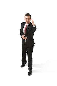 Choisissez-moi. vue de tout le corps de l'homme d'affaires sur fond de studio blanc