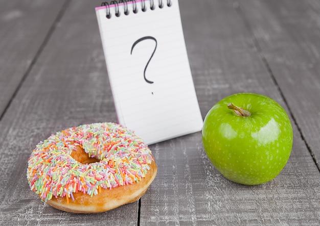 Choix entre beignet et pomme