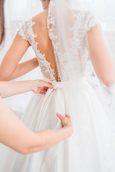 Choix de grille de magnifiques robes à la mode accrochées dans une armoire pour femmes. une grande variété de vêtements étincelants.