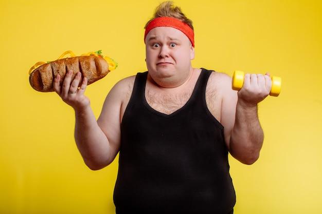 Choix de gros homme entre sport et restauration rapide