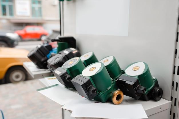 Choix de pompes à eau sur vitrine, magasin de plomberie. atelier d'ingénierie sanitaire professionnel, personne, technologie de plomberie moderne