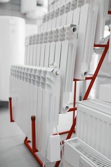 Choix de radiateurs de chauffage à eau sur vitrine en magasin de plomberie. atelier de génie sanitaire, personne