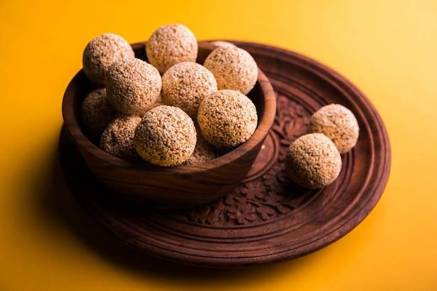 Cholai ke laddo ou rajgira laddu ou amaranth ladoo dans bol et assiette