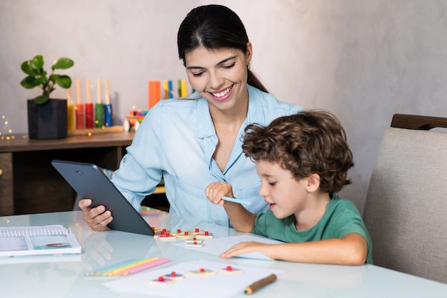 Chold étudie de la maison avec l'aide de la mère