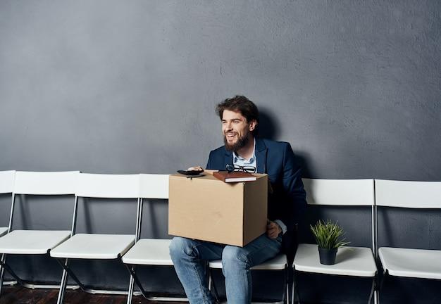Chômeur assis près de ses affaires de bureau