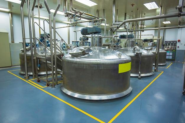 Chonburi thalande - 7 décembre 2020 réservoirs et tuyaux verticaux en acier inoxydable avec manomètre dans la cave chimique du réservoir d'équipement avec nettoyage et traitement des réservoirs en acier inoxydable.