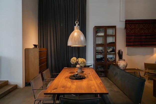 Chongqing, chine, 5 juin 2020: l'atmosphère moderne, lumineuse et confortable de l'appartement intérieur. nettoyage général, ameublement et préparation à la vente de maisons. villa de campagne en bois