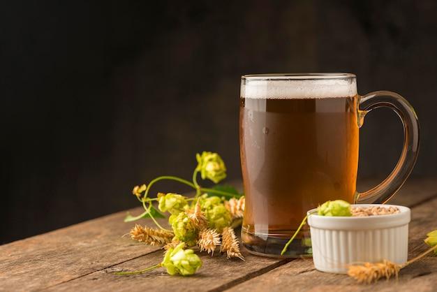 Chope de bière et arrangement de graines de blé