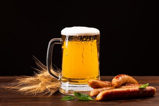 Chope de bière close-up avec des saucisses