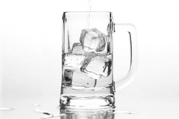 Chope de bière avec de la glace sur fond blanc