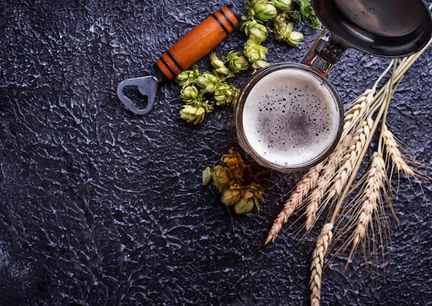 Chope de bière, houblon et malt