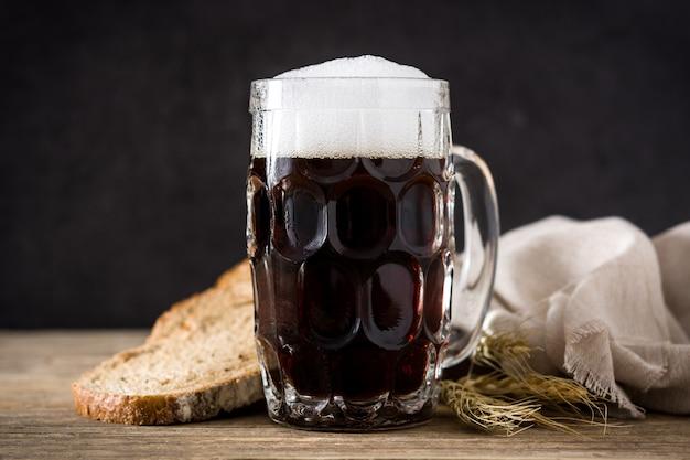 Chope de bière kvas traditionnelle avec pain de seigle