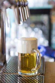 Chope à bière avec mousse