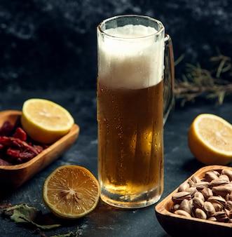 Chope de bière sur la table