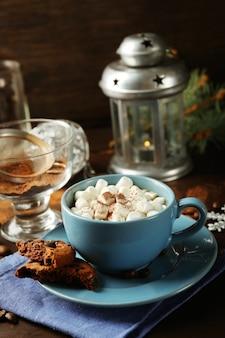 Chope de chocolat chaud aux guimauves, branche de sapin