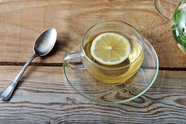 Chope de thé au gingembre et tranche de citron