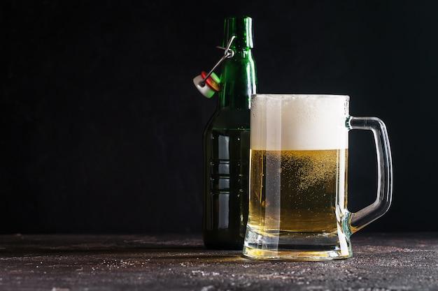 Chope en verre de bière légère et bouteille