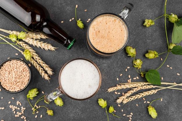 Chopes et bouteille de bière à plat