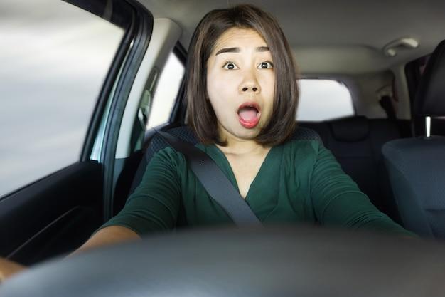 Choqué, femme asiatique, conduite voiture, cause, accident
