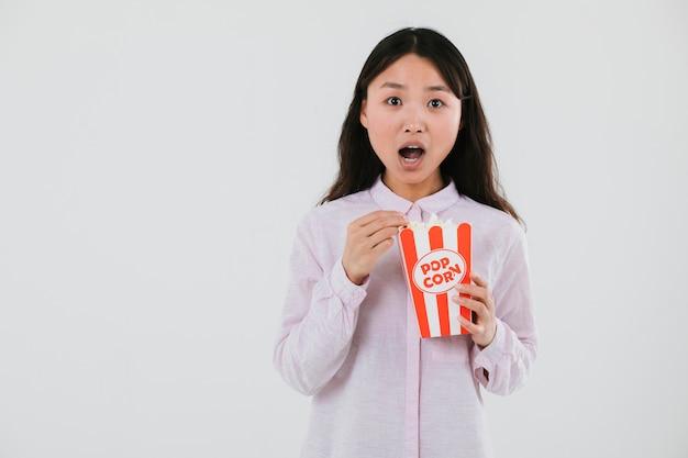 Choqué, femme, manger, pop-corn