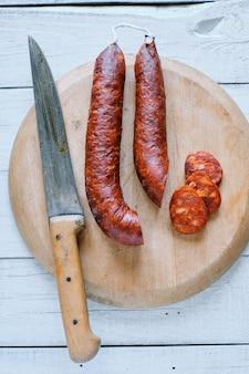 Chorizo espagnol traditionnel à bord de la cuisine