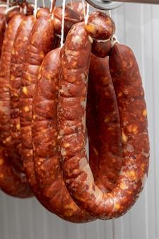 Chorizos guéris et suspendus à des ficelles (saucisses)