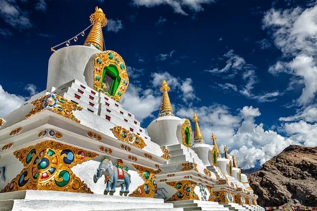 Chortens stupas blancs au ladakh, inde
