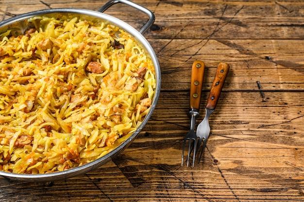Chou bigos cuit à la viande, champignons et saucisses