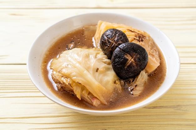 Chou bouilli dans une soupe rouge aux champignons