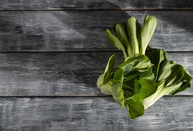 Chou chinois vert frais sur une surface en bois gris
