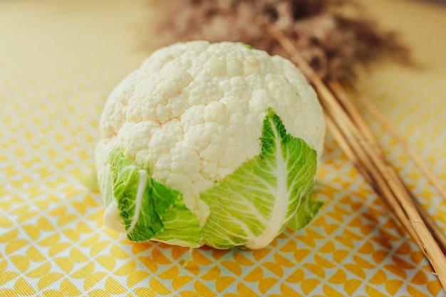 Chou-fleur blanc sur la table. une alimentation saine, des aliments sains sur la table.
