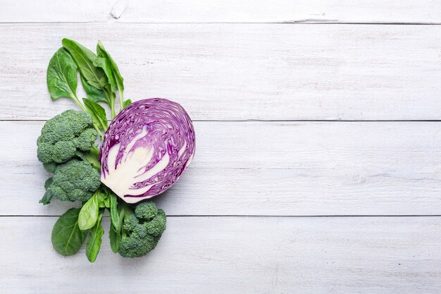 Chou-fleur, brocoli et chou bleu sur fond de bois blanc. nourriture de menu de fond.
