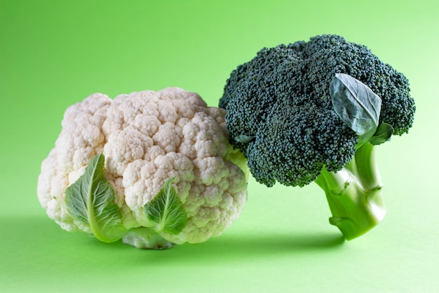 Chou-fleur et brocoli sur fond turquoise pastel. style minimal de légumes de saison. nourriture dans un style minimaliste.