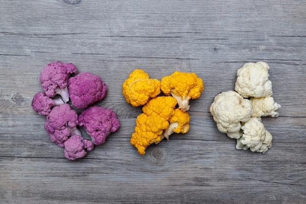 Chou-fleur et brocoli romanesco sur fond de bois. concept de nourriture saine.