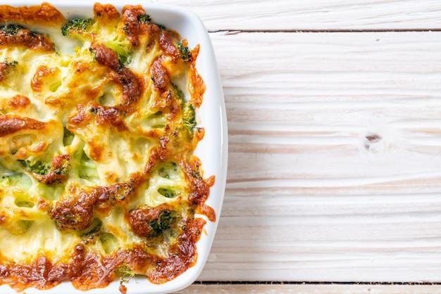 Chou-fleur cuit au four et brocoli avec du fromage