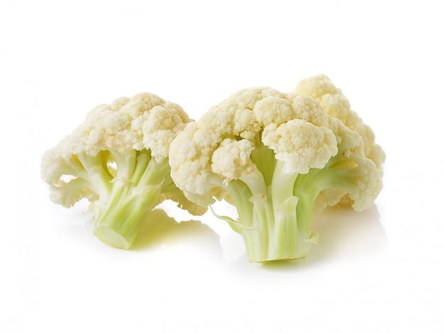 Chou-fleur frais sur espace blanc