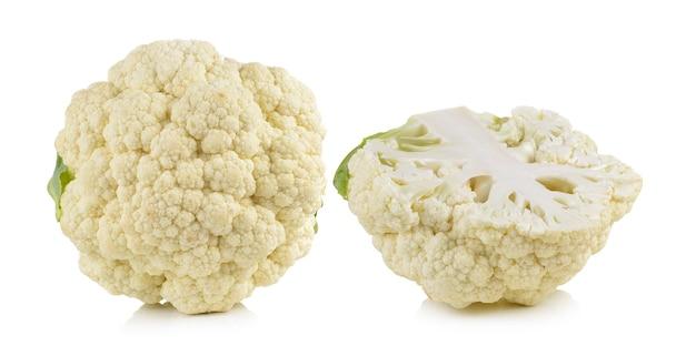 Chou-fleur frais isolé sur blanc
