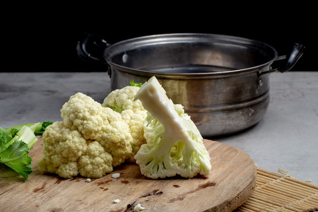 Chou-fleur frais préparer pour la cuisson sur une table grise