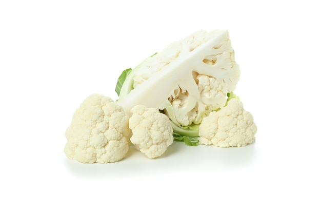 Chou-fleur savoureux frais isolé sur fond blanc