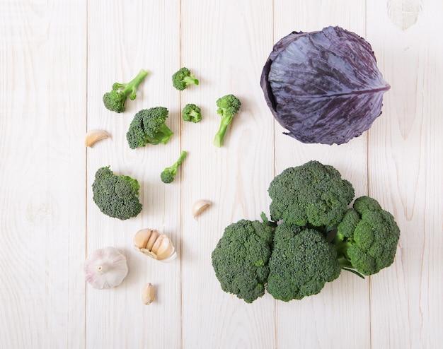Chou frais brocoli et ail blanc vue de dessus de table en bois